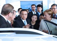 李克强与德国总理默克尔共同出席中德自动驾驶汽车展示活动
